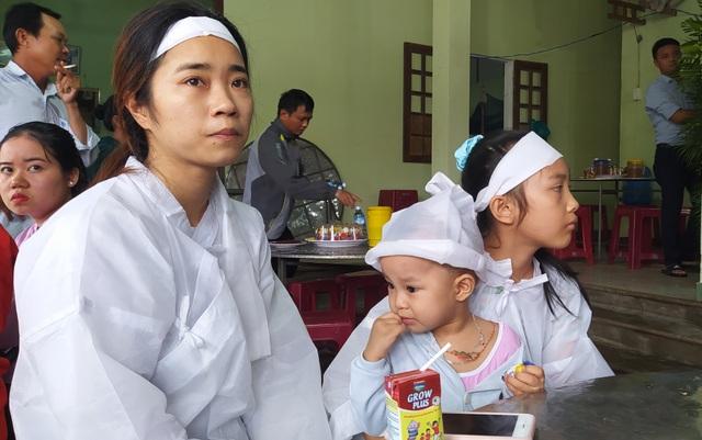 Bố mẹ bị lũ cuốn trôi, con gái 2 tuổi ngơ ngác đội khăn tang - 2