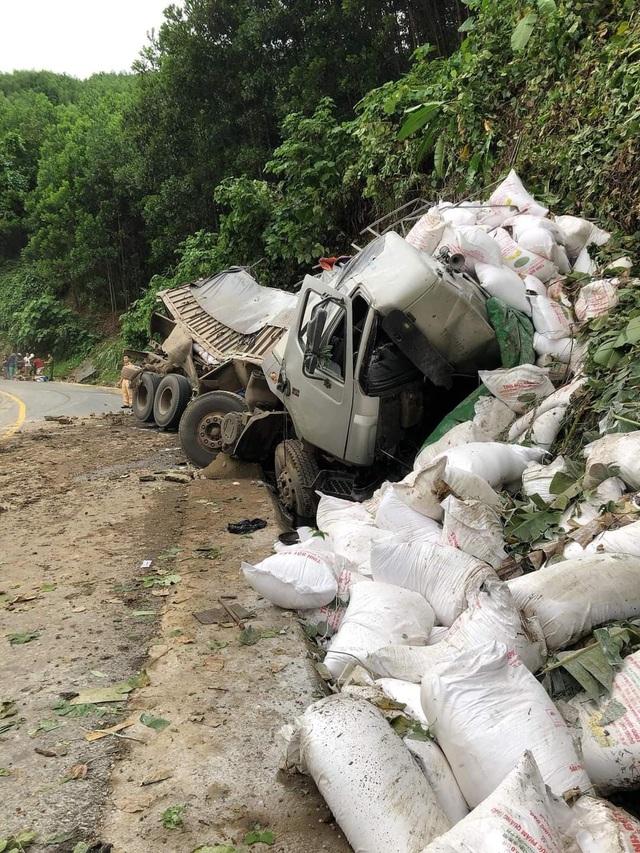Ô tô tải mất lái trên đường Hồ Chí Minh, tài xế tử vong trong cabin - 2
