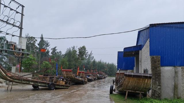 Ngư dân hối hả kéo thuyền bè lên bờ tránh bão - 5