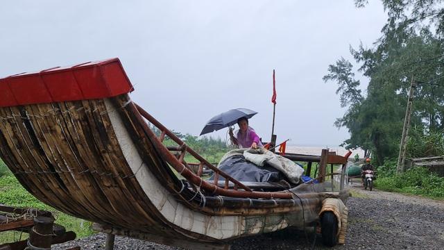 Ngư dân hối hả kéo thuyền bè lên bờ tránh bão - 2