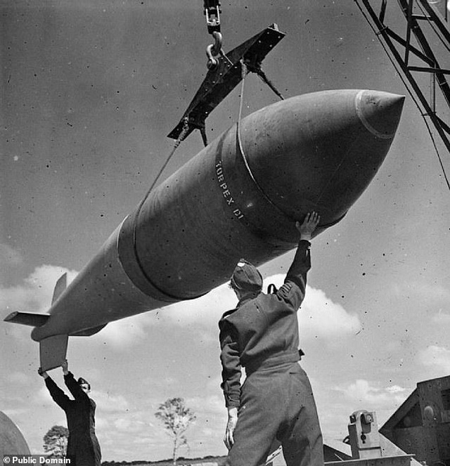 """Bom """"khủng"""" từ Thế chiến II nổ tung khi đang được phá dỡ - 2"""