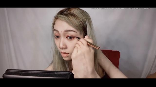Chuyện về cô gái dùng chân trang điểm trở thành hot livestream - 3