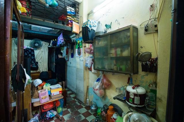 Sống khổ ở phố cổ Hà Nội: Căn nhà 9m2 là lối đi chung của 6 hộ dân khác - 2