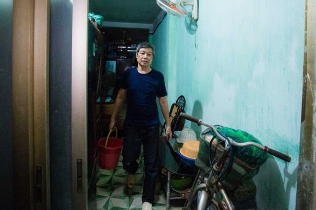 Sống khổ ở phố cổ Hà Nội: Căn nhà 9m2 là lối đi chung của 6 hộ dân khác - 3
