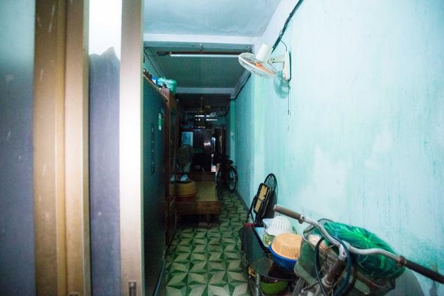 Sống khổ ở phố cổ Hà Nội: Căn nhà 9m2 là lối đi chung của 6 hộ dân khác - 6