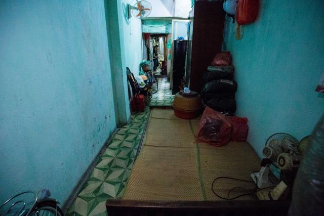 Sống khổ ở phố cổ Hà Nội: Căn nhà 9m2 là lối đi chung của 6 hộ dân khác - 7
