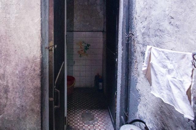 Sống khổ ở phố cổ Hà Nội: Căn nhà 9m2 là lối đi chung của 6 hộ dân khác - 8