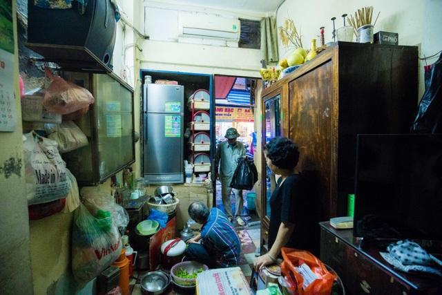 Sống khổ ở phố cổ Hà Nội: Căn nhà 9m2 là lối đi chung của 6 hộ dân khác - 10
