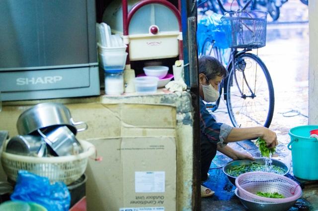 Sống khổ ở phố cổ Hà Nội: Căn nhà 9m2 là lối đi chung của 6 hộ dân khác - 11