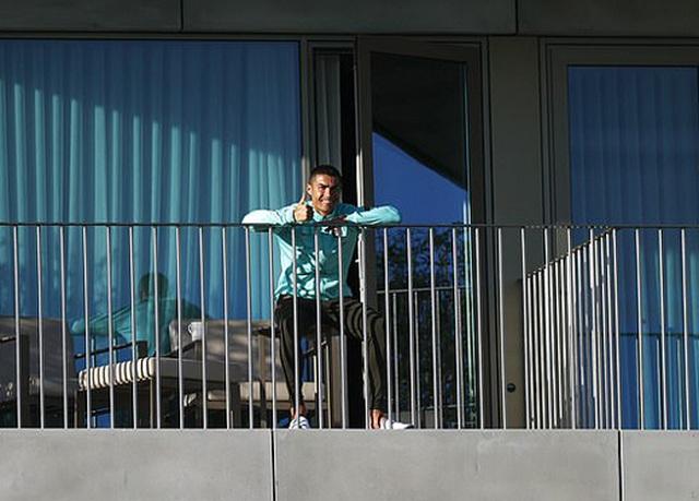 Ngồi cách ly trên ban công, C.Ronaldo vẫn nở nụ cười tươi rói - 1