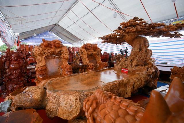 """Xôn xao bộ bàn ghế """"khủng"""" từ gỗ nu, chạm khắc tứ linh tinh xảo ở Hà Nội - 2"""