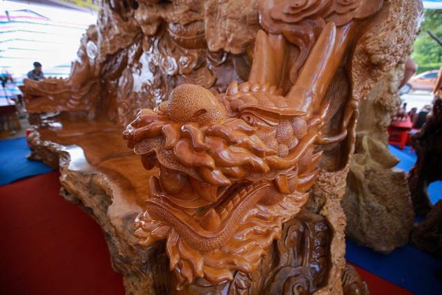 """Xôn xao bộ bàn ghế """"khủng"""" từ gỗ nu, chạm khắc tứ linh tinh xảo ở Hà Nội - 7"""