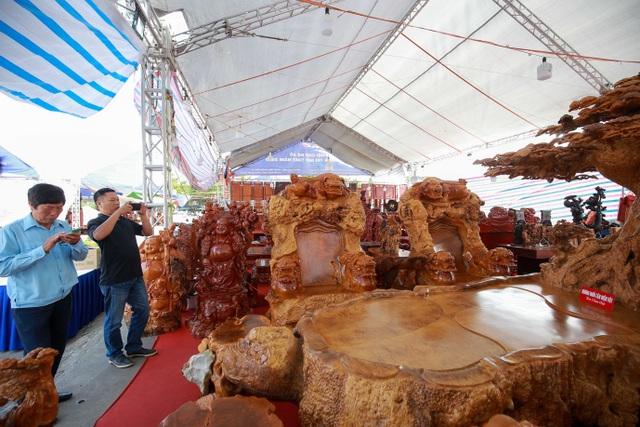 """Xôn xao bộ bàn ghế """"khủng"""" từ gỗ nu, chạm khắc tứ linh tinh xảo ở Hà Nội - 12"""