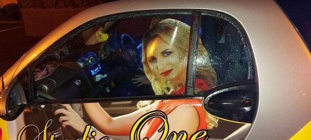 Dán đề can mỹ nữ lên xe, bị cảnh sát hỏi thăm vì sợ gây nguy hiểm - 1