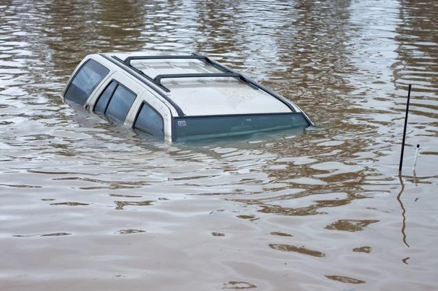 Kỹ năng thoát hiểm khi xe ô tô rơi xuống nước - 1