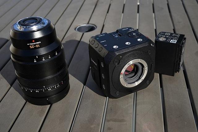 Panasonic ra mắt máy quay phim với thiết kế dạng khối vuông độc đáo - 2