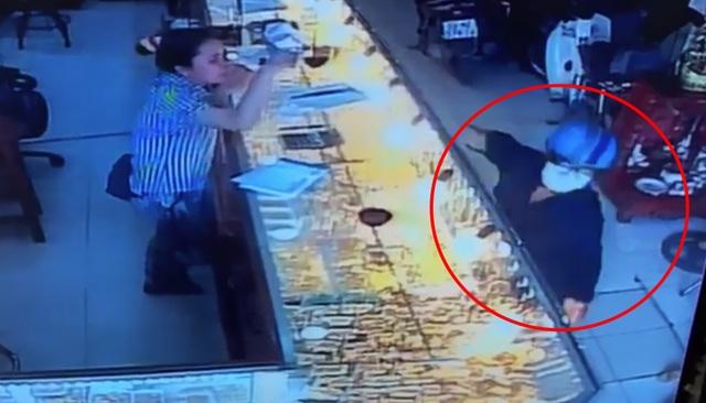 Thanh niên giả vờ mua 2 nhẫn vàng 120 triệu đồng rồi cướp trong chớp mắt - 1