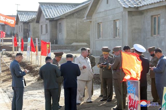 Ông Kim Jong-un chỉ đạo xây 25.000 nhà mới cho dân vùng bão - 1