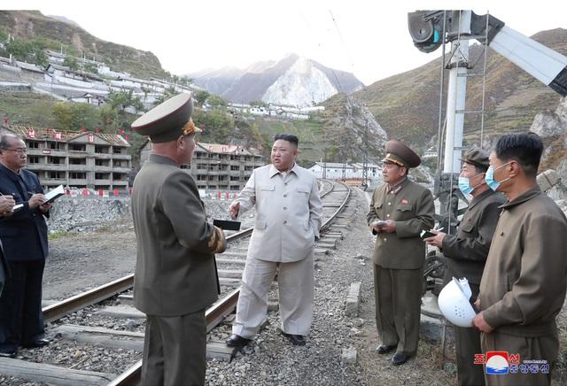 Ông Kim Jong-un chỉ đạo xây 25.000 nhà mới cho dân vùng bão - 4