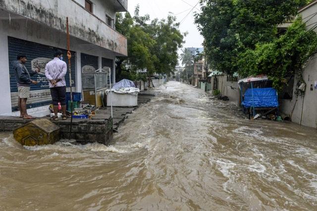 Khoảnh khắc lũ lụt cuốn người, xe cộ ở Ấn Độ - 1
