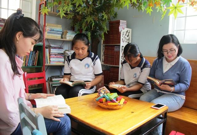 Bỏ thành phố về quê, mở thư viện phục vụ học sinh vùng biển - 1