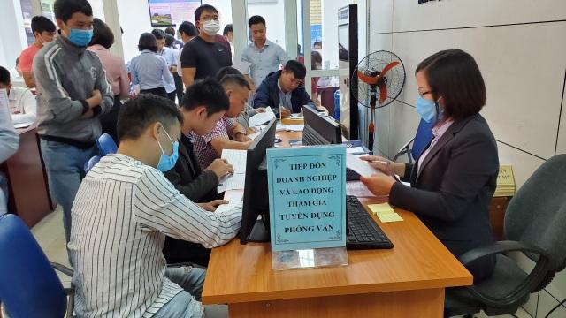 Sáng 7/11, Phiên GDVL Long Biên: Hơn 2.000 việc làm chờ đợi ứng viên - 1