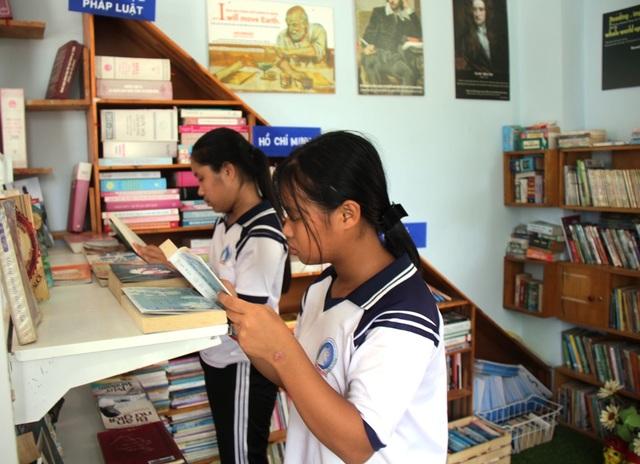 Bỏ thành phố về quê, mở thư viện phục vụ học sinh vùng biển - 2