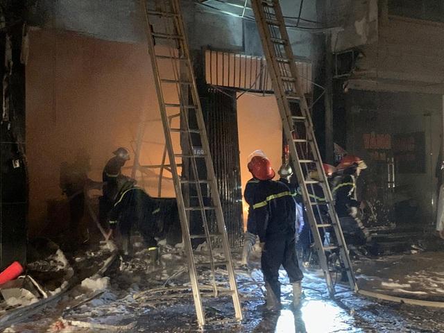 Hà Nội: Cháy cửa hàng gas, 2 người lớn và 3 trẻ em mắc kẹt - 2