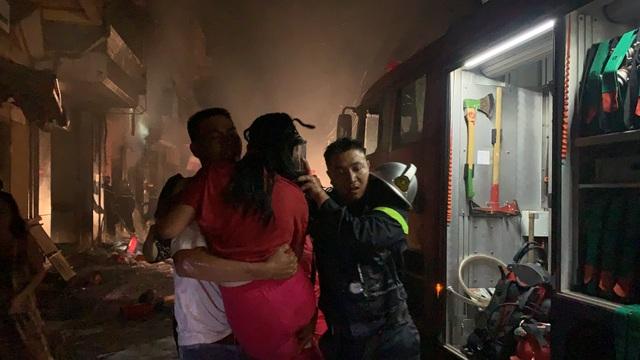 Hà Nội: Cháy cửa hàng gas, 2 người lớn và 3 trẻ em mắc kẹt - 1