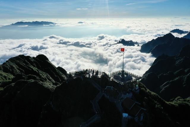 """Choáng ngợp """"biển"""" mây bồng bềnh đẹp như tiên cảnh trên đỉnh Fansipan - 2"""