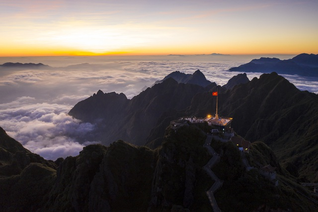 """Choáng ngợp """"biển"""" mây bồng bềnh đẹp như tiên cảnh trên đỉnh Fansipan - 9"""