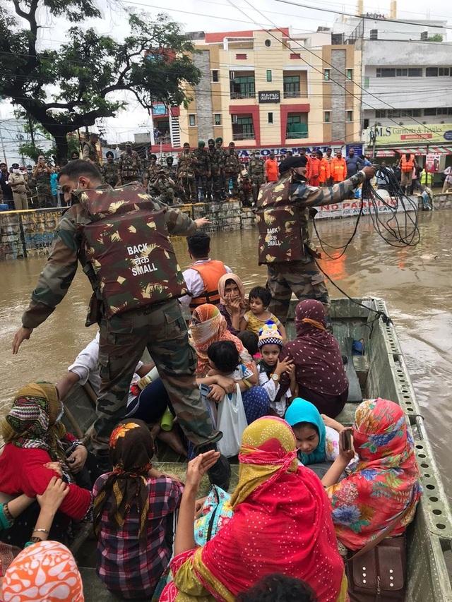 Khoảnh khắc lũ lụt cuốn người, xe cộ ở Ấn Độ - 2