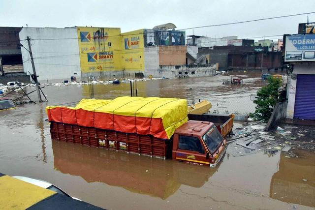 Khoảnh khắc lũ lụt cuốn người, xe cộ ở Ấn Độ - 3