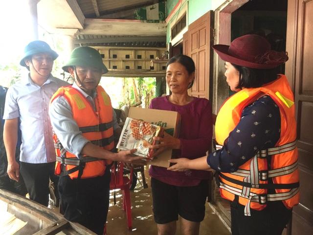 Quảng Bình: Hàng ngàn suất quà đến với người dân vùng lũ - 1