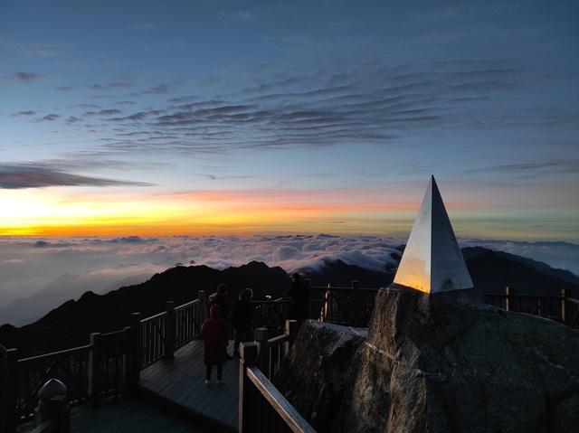 """Choáng ngợp """"biển"""" mây bồng bềnh đẹp như tiên cảnh trên đỉnh Fansipan - 8"""