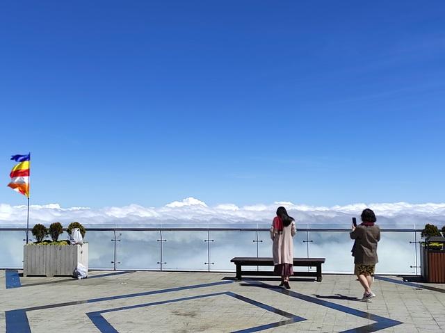 """Choáng ngợp """"biển"""" mây bồng bềnh đẹp như tiên cảnh trên đỉnh Fansipan - 5"""