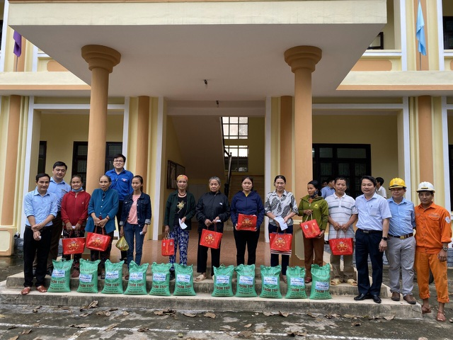 Quảng Bình: Hàng ngàn suất quà đến với người dân vùng lũ - 4