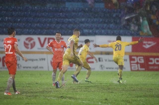 CLB Nam Định thắng SHB Đà Nẵng trong trận cầu thuỷ chiến - 6