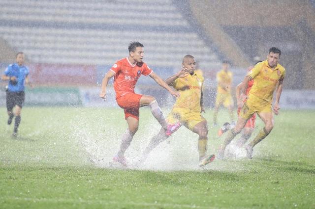 CLB Nam Định thắng SHB Đà Nẵng trong trận cầu thuỷ chiến - 1