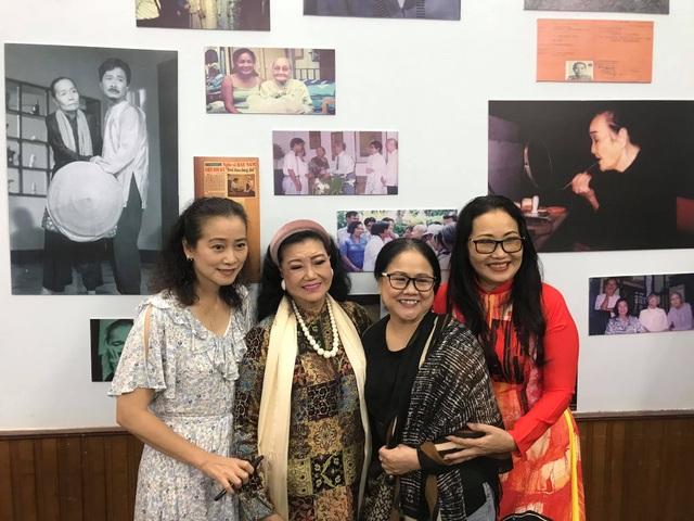 Nhiều nghệ sĩ đến dự triển lãm 100 bức ảnh để đời của NSND Bảy Nam - 6