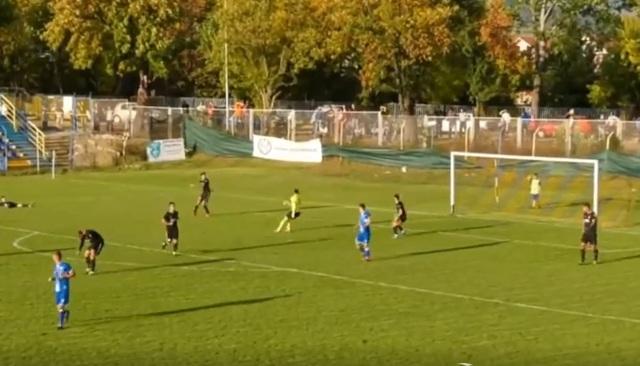 Thủ môn ném bóng vào lưới nhà ngay sau pha cứu thua xuất thần - 1