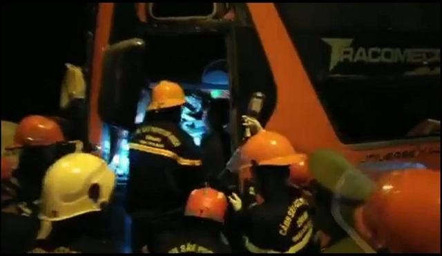 Xe đầu kéo va chạm với xe khách, 2 người tử vong, 17 người bị thương - 2
