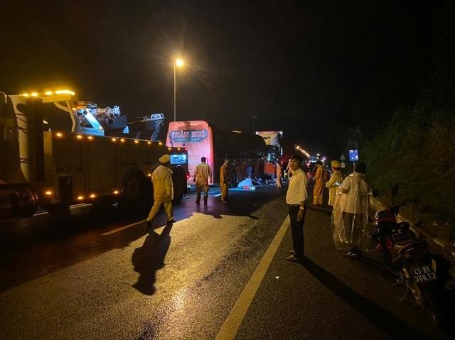Xe đầu kéo va chạm với xe khách, 2 người tử vong, 17 người bị thương - 3