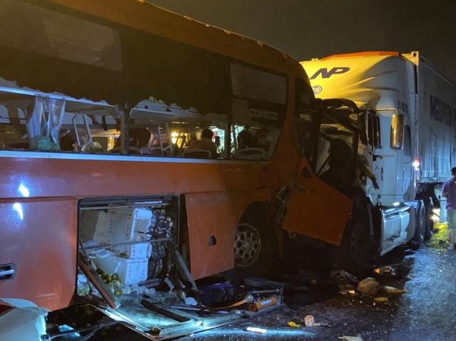 Xe đầu kéo va chạm với xe khách, 2 người tử vong, 17 người bị thương - 1