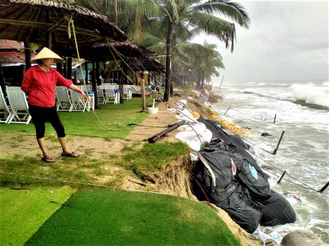 Hàng chục tấn rác thải bủa vây bãi biển ở Quảng Nam sau lũ  - 11
