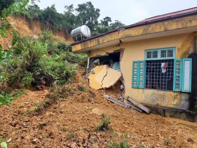 Mưa lũ gây sạt lở đất, hư hại phòng nội trú tại điểm trường miền núi - 1