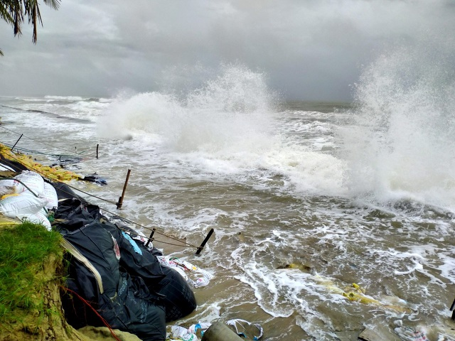 Hàng chục tấn rác thải bủa vây bãi biển ở Quảng Nam sau lũ  - 13