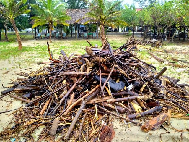 Hàng chục tấn rác thải bủa vây bãi biển ở Quảng Nam sau lũ  - 3