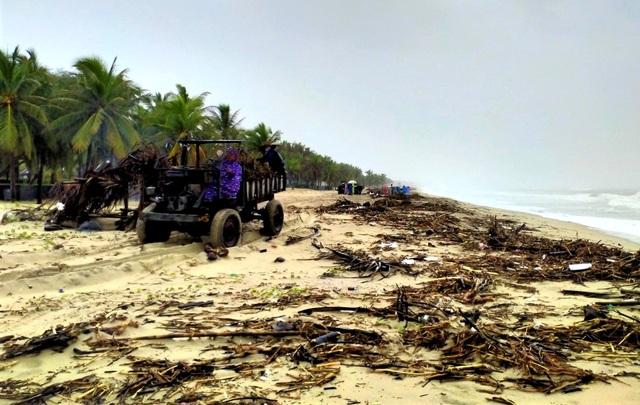 Hàng chục tấn rác thải bủa vây bãi biển ở Quảng Nam sau lũ  - 4