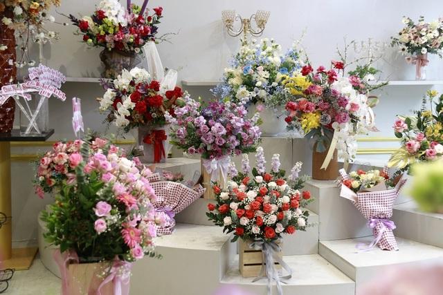 """Các cửa hàng hoa tại Hà Tĩnh lo phương án """"chống cháy"""" do mưa lớn - 1"""